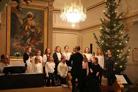 Merikarvian alakoulun oppilaat kokoontuivat joulun alla kirkkoon laulamaan.