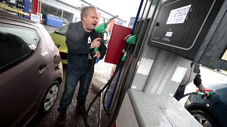 Halpa bensiini innosti Jari Niemelän tankkaamaan bensiiniä Impolan Teboililla. Litrahinta oli tankkaushetkellä 1,669.