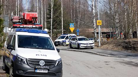Palopaikan lähistöllä Tampereen Villilänniemessä oli maanantaina 12. huhtikuuta lukuisia poliisiautoja.