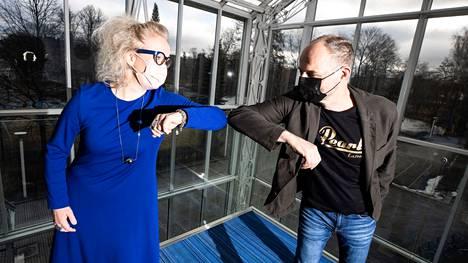 Kättelyjen sijaan Tampere-talon toimitusjohtaja Paulina Ahokas ja Akun tehtaan toimitusjohtaja Aku Syrjä iskivät kyynärpäänsä yhteen liiketoimintakaupan kunniaksi. He kertoivat ensi syksynä toteutuvasta kaupasta medialle keskiviikkona.