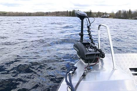 Vene pysyy kalastettaessa paikallaan tällaisen GPS-järjestelmällä varustetun taivasankkurin avulla.