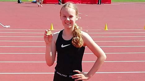 Vilppulan Veikkojen Ida Saarinen ylitti riman 147 sentin korkeudelta korkeushypyn piirinmestaruuskilpailuissa Tampereella ja voitti T13-sarjassa kultaa.