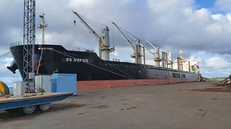 Saarrettu laiva on Panaman lipun alla liikennöivä ES Venus. Saarto jatkuu kunnes miehistö on saanut palkkarästinsä.