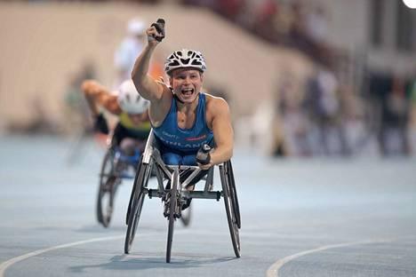 Amanda Kotaja tuuletti MM-kultaa Dubaissa marraskuussa.