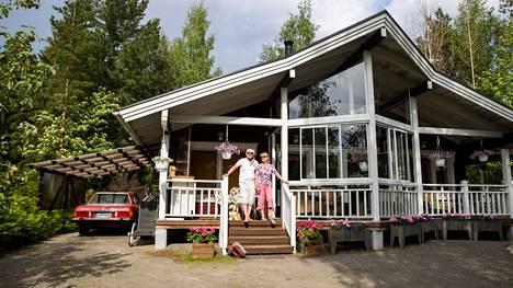 Esko ja Pirjo Rantanen rakennuttivat mökkinsä Nokialle Pyhäjärven rantaan vuonna 2011. Sitä ennen he olivat asuneet nykyisen mökkinsä naapurissa omakotitalossa, joka on nyt pariskunnan tyttärentyttären ja tämän puolison koti. Toisessa naapurissa samassa niemessä asuu pariskunnan tytär puolisoineen.