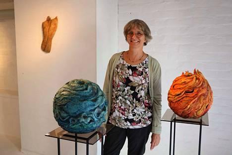 Kuvanveistäjä Sonja Vectomovin uusimpiin töihin kuuluu neljän elementin vesi ja tuli. Näyttely Paperia paperia on tällä marraskuuhun asti esillä Pässinmäen Galleria Pässissä.