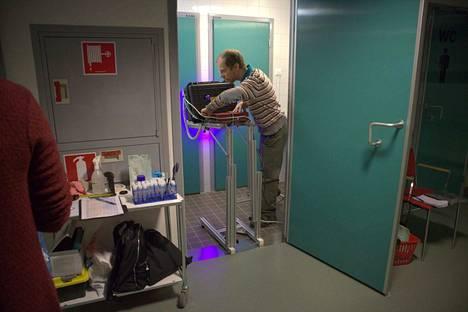 Teknisen fysiikan tutkijatohtori Juha Koivisto kuvaamassa Satasairaalassa. Yksi mittaus kesti noin viisi minuuttia.