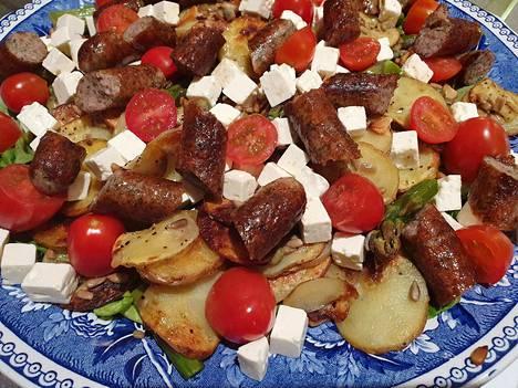 Ruokaisa salaatti syntyy yhdistelemällä lämpimiä aineksia salaattiin. Esimerkiksi uunissa kypsennetyt, maustetut perunaviipaleet ja pannulla paistetut, pilkotut raakamakkarat tekevät salaatista tuhdin. Salaatin päälle lisäksi pilkottua vihreää parsaa, fetakuutioita ja pieniä luumutomaatteja.