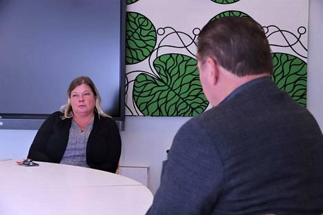 Naantalin vastaava sosiaalityöntekijä Virpi Pietilä on tässä kaupungintalon neuvotteluhuoneessa jo käynyt keskusteluita rötöstelleiden nuorten ja Ankkuri-poliisien kanssa. Tällä kertaa pöydän toisella puolella on perusturvajohtaja Iiro Pöyhönen.