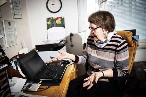 –Nyt istut tähän. Tämä ei sua pure, sanoi opettaja Liisa Löyttyniemen entinen oppilas hänelle vuonna 1988. Oli Opettajien kulttuuripäivät Tampere-talossa, ja oppilaita oli pestattu opettamaan koneiden käyttöä opettajille. Löyttyniemi oli kyllä järjestänyt kouluun oppilaiden käyttöön tietokoneita, mutta oli päättänyt, että tämä asia ei häntä koske.–Mä istuin enkä todella kuullut, Löyttyniemi kertoo.