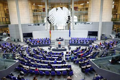 EU-komissio ennustaa Suomen talouden supistuvan tänä vuonna 6,3 prosentilla ja kasvavan ensi vuonna vain 2,8 prosentilla. Eurooppa-neuvoston kokous Saksan parlamentissa Bergliinissä kesäkuun lopulla. Kuvituskuva.