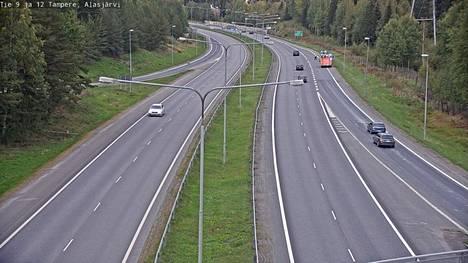 Liikenneonnettomuus tapahtui Alasjärven kohdalla Tampereella perjantaina viiden jälkeen iltapäivällä.