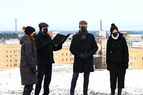 Taustalla siinsi Näsinneula, kun joulurauhaa julistettiin Tampereella. Totta kai maskit kasvoilla.