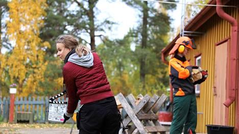 Kohta kalahtaa klaffi koskenmäkeläisen talon pihalla. Julia Tirkkonen, toinen kamera-assistentti, pitelee klaffia ja Vienoa näyttelevä Johanna Tilus odottaa valmiina sitä, kun kamera alkaa käydä.