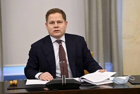 """""""Tilojen sulkeminen on aina viimesijainen keino"""", sanoi sote-valiokunnan puheenjohtaja Markus Lohi (kesk.)."""