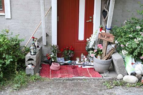 Tapahtumien keskiössä olleen talon edustalla paloivat kynttilät, ja sinne oli aseteltu kukkia ja RIP-kyltti.