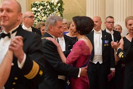 Sauli Niinistö tanssitti vaimoaan hymyilevänä.