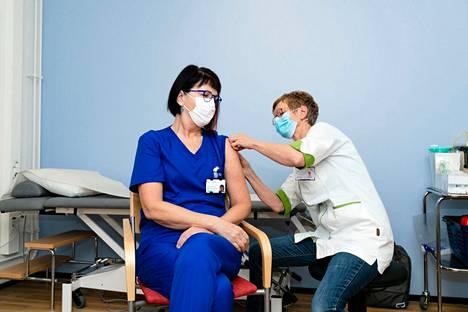 Ensimmäiset koronarokotteet annettiin Pirkanmaalla maanantaiaamuna kello 9. Työterveyshoitaja Maarit Mukkala antoi erikoislääkäri Mervi Mendilucelle toisen Pirkanmaan ensimmäisistä koronavirusrokotteista.