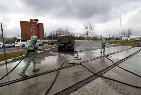 Venäläiset sotilaat puhdistivat raitiovaunujen huoltoaluetta Pietarissa 15. huhtikuuta. Venäjällä kansalaiset on määrätty pysymään kotonaan koronaviruksen takia.