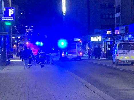 Paloautot tukkivat Kyttälänkadun tiistai-iltana Stockmannin läheisyydessä.