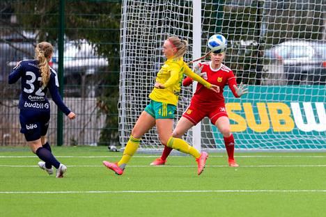 Ilveksen maalivahti Roosa Karppinen (oik.) ja puolustaja Julia Rytkönen saavat olla tarkkoina, kun TiPS saapuu Kauppiin sunnuntaina. Kuva ottelusta Ilves–Åland United.