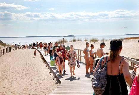 Kävijäpiikki näkyi tiistaina jatkuvana ihmisvirtana Yyterin hiekkarannalle johtavalla lankongilla.