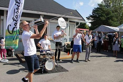 Timo Brass Band oli yksi Satasoiton viime kesän esiintyjistä. Se esiintyi Harjavallan torilla.