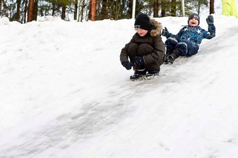 Jere ja Vili Tarvainen nauttivat talvesta Lamminpään pulkkamäessä pari viikkoa sitten, kun Pirkanmaalla oli vielä lunta.
