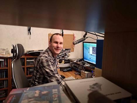 Lauri Nieminen ei ole koskaan ollut lomamatkalla, eikä hän omista juuri mitään. Hän tekee radio-ohjelmaa harrastuksena. Sitä ei kelpuuteta aktiivimalliin. Niemisen mielestä systeemissä on paljon pielessä.