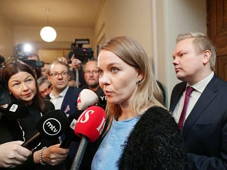 Katri Kulmuni ilmoitti tiistaina keskustan eduskuntaryhmän kokouksen jälkeen, että keskusta odottaa SDP:n palauttavan luottamuksen hallitukseen. Suoraa pääministerin erovaatimusta ei kuultu.