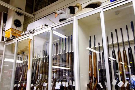 Poliisia työllistää loppukesän paitsi keräilyaseiden vienti aserekisteriin myös heinäkuussa voimaan tullut uusi ampuma-aselaki, joka asettaa uusia vaatimuksia luvallisille aseille.