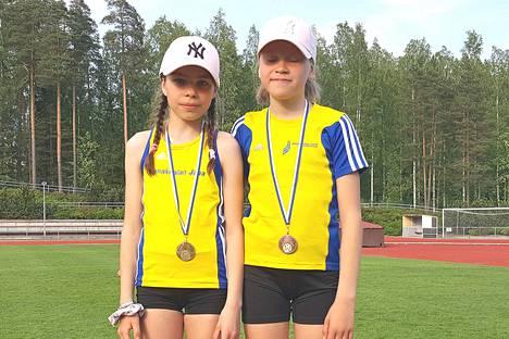 Aluemestaruuskilpailuissa Tuusulassa isommat napsivat mitaleita aikuisten sarjoissa ja T11-sarjan tytöt tekivät hyviä tuloksia Vantaan Sinettikisoissa. Kuvassa Maija Santanen (vas.) ja Milja Rautiainen.