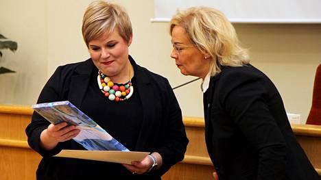 Mänttä-Vilppulan kaupunginjohtaja Anne Heusala (oikealla) antoi ministeri Annika Saarikolle muistoksi kaupungin nimikkokankaasta tehdyn kaitaliinan.