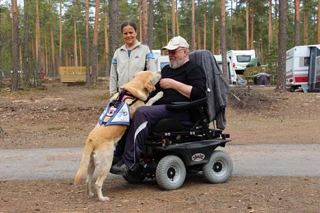 Ani saa Jouko Heinoselta makupalan hyvin tehdystä työstä. Maritta Nakkinen myhäilee vierellä.