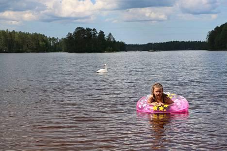 Uimavesi on pysynyt erittäin puhtaana Pohjois-Satakunnan järvissä. Ella Haavasojan kelpaa polskia Venesjärven uimarannassa.