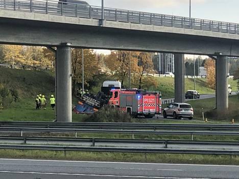Raskas ajoneuvoyhdistelmä ajautui tieltä Pirkkalan suunnasta Helsinkiin johtavan tien rampissa.