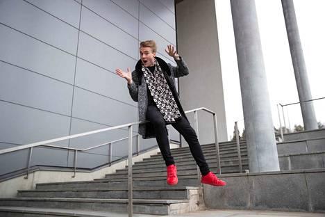 Aatu Itkonen, 18, aloitti esiintyjän uransa taikurina 13-vuotiaana. Nyt hän tekee kevytyrittäjänä keikkoja myös juontajana ja puhujana.
