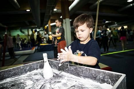 Benjamin Haavisto, 6, valmistautui eritasonojapuuhun laittamalla magnesiumia kätösiinsä.