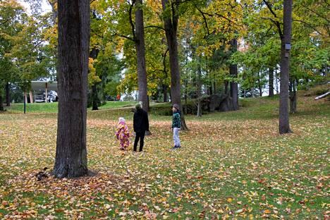 Lempääläläiset Ellen, Aleksi ja Santtu Ahoranta ihastelivat Näsinpuiston ruskaa sunnuntaina.