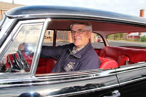 Hannu Lamminen ehti paneutua autojen entisöintiin vasta eläkkeelle jäätyään. Mercedes-Benz 300 d on toinen hänen entisöimistään autoista.