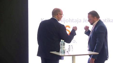 Tampereen areena sai nimekseen Uros Live. Areenan toimitusjohtaja Marko Hurme ja Uros-konsernin toimitusjohtaja Jerry Raatikainen antoivat nyrkkitervehdyksen toisilleen tiedotustilaisuudessa. Kuvakaappaus Aamulehden suorasta lähetyksestä.