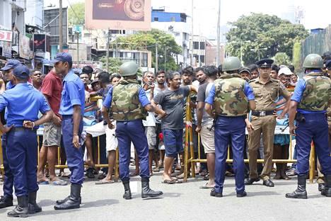 Sri Lankassa tapahtuneissa räjähdyksissä on kuollut kymmeniä ihmisiä. Räjähdyksiä tapahtui kaiken kaikkiaan kuusi.