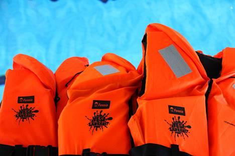 Tekstaripalstalla muistutetaan pelastusliivien tärkeydestä, kun lähdetään vesille.