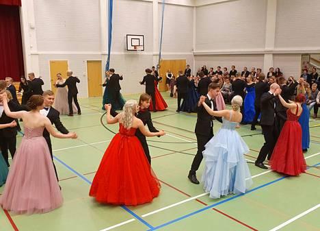 Vanhojen tansseissa tanssittiin muun muassa Juhan Vainion säveltämä ja sanoittama kappale Vanhoja poikia viiksekkäitä.