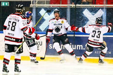 Mikko Salmio (keskellä) tuulettaa ensi kaudella JYPin paidassa. Tommi Taimi etsii myös uutta pelipaikkaa.