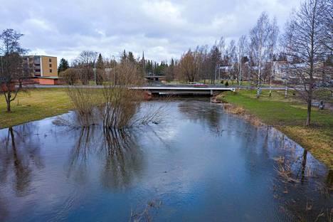 Jokivesi mahtui kuitenkin vielä Euran Satakunnankadun sillan ali tiistaina.