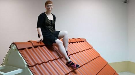 Kankaanpään taidekoulun opiskelija Susa Pirttisalo on päässyt haaveilemaansa kesätyöpaikkaan Porin taidemuseon museoapulaiseksi. Andrej Polukordin Katot Vilnan yllä -teoksen päälle kehotetaan istumaan.