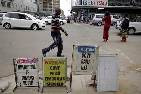 Zimbabwen hallitus on kieltänyt ulkomaisen valuutan käytön maan sisäisessä maksuliikenteessä, jotta raha ei liikkuisi mustassa pörssissä.