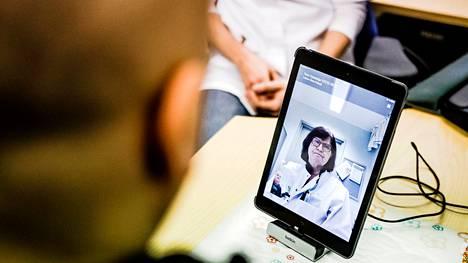 Asiakkaalta lääkärin etävastaanotolla käyminen ei edellytä mitään erityisiä teknisiä taitoja. Hoitaja opastaa palveluun ja tekee myös etälääkärin ohjeiden mukaan mahdollisesti tarvittavat tutkimukset.