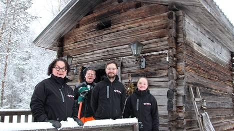 Sirkkaliisa, Markku, Frans ja Miina Koivuniemi ovat talven mittaan kunnostaneet ja sisustaneet Harjun tilan paikkoja matkailuyrityksensä käyttöön.